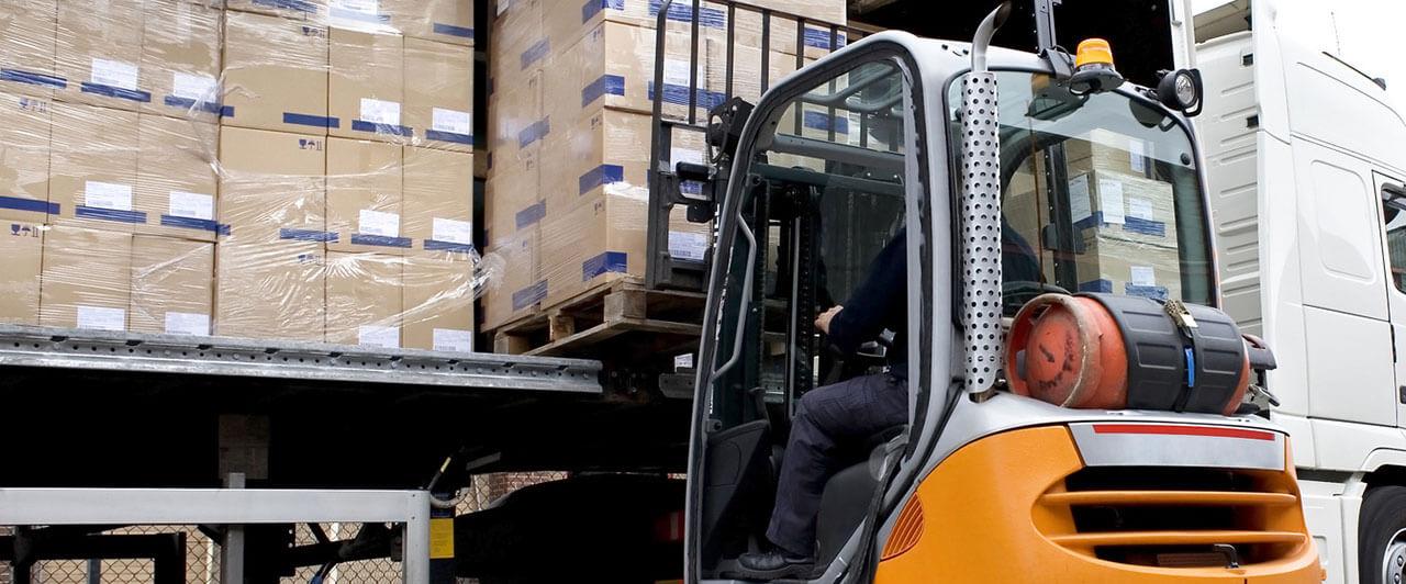 Caminhão RN Logística sendo carregado, soluções para carga lotação